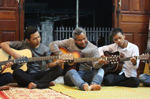 Chuyện người đàn ông bị bệnh hiểm nghèo nhận 4 đứa con nuôi và mở lớp dạy nhạc miễn phí - Ảnh 1
