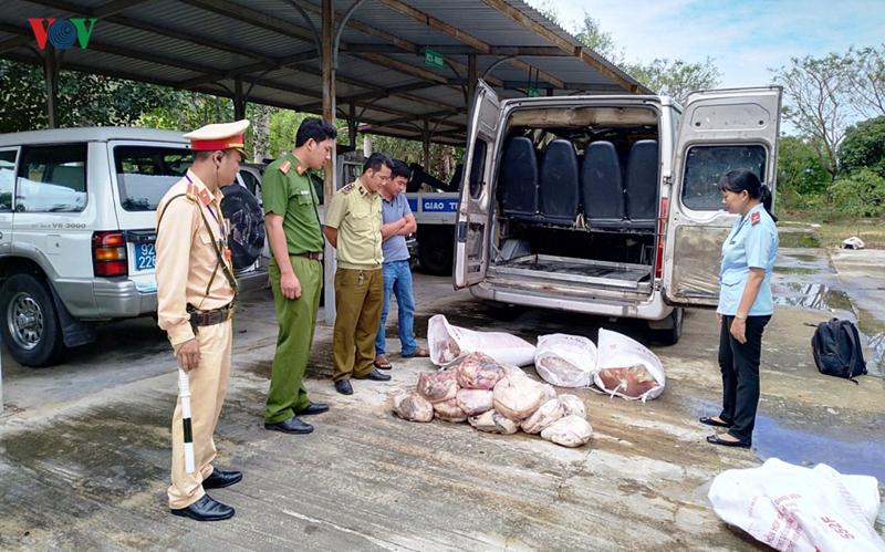 Bắt giữ xe khách chở  500 kg thịt động vật hôi thối - Ảnh 1