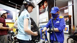 Giá xăng RON 95 dầu bất ngờ giảm gần 600 đồng/lít  - Ảnh 1