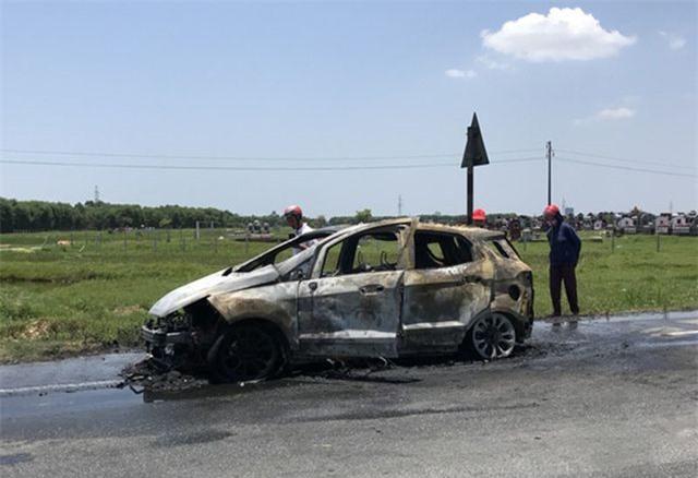 Xe ô tô bất ngờ bốc cháy dữ dội nghi do bị quấn rơm dưới gầm - Ảnh 1