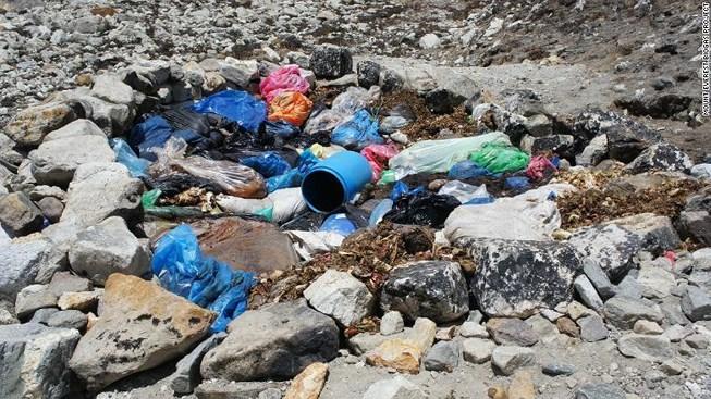 Đang dọn dẹp rác trên đỉnh Everest bất ngờ phát hiện 4 thi thể - Ảnh 1