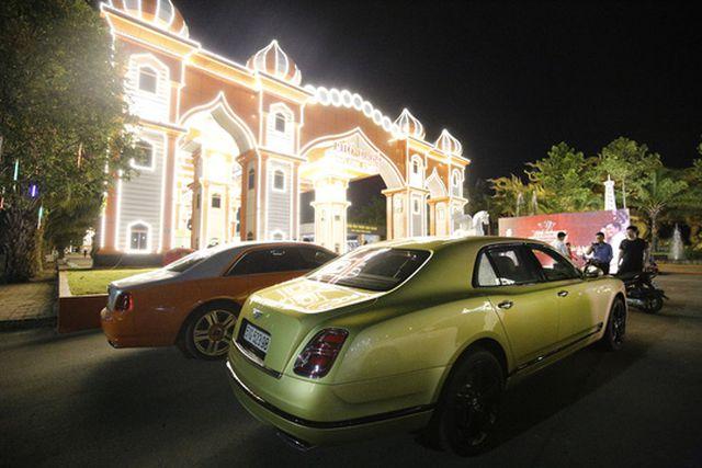 Tiết lộ về đại gia chiều vợ con bậc nhất Việt Nam, mua xe 40 tỷ tặng vợ - Ảnh 4