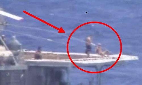 Thuỷ thủ Nga bình thản tắm nắng khi tàu hạm Nga, Mỹ suýt đâm nhau  - Ảnh 1