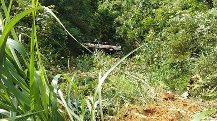 Hiện trường ô tô chở 20 khách du lịch lao xuống vực, 2 người tử vong - Ảnh 1