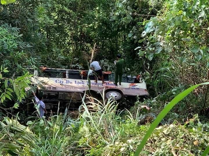 Hiện trường ô tô chở 20 khách du lịch lao xuống vực, 2 người tử vong - Ảnh 3