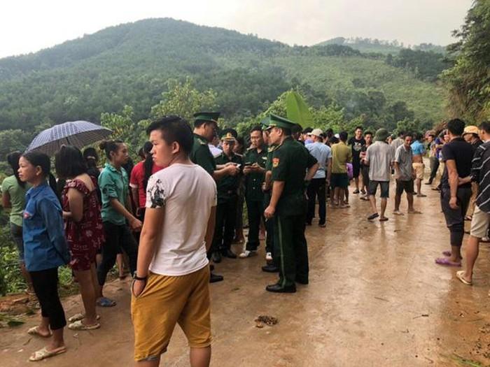 Hiện trường ô tô chở 20 khách du lịch lao xuống vực, 2 người tử vong - Ảnh 4