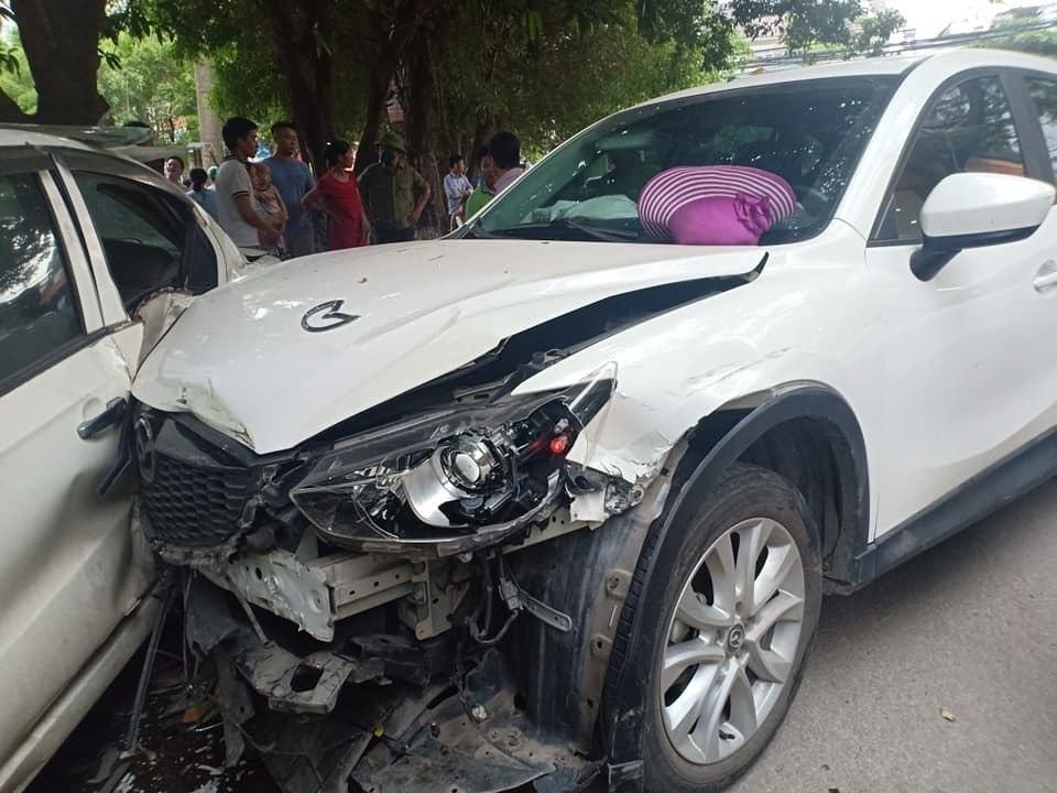 Thiếu nữ nhập viện cấp cứu sau tai nạn liên hoàn ở Hà Nội  - Ảnh 1