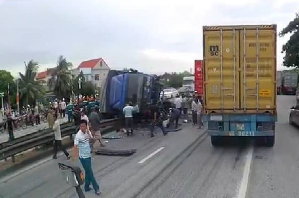 Hiện trường thảm khốc vụ tai nạn 5 người bị xe tải lật đè tử vong ở Hải Dương - Ảnh 1