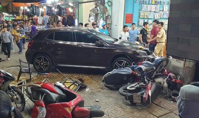 Cận cảnh hiện trường vụ nữ tài xế Mercedes đâm hàng loạt xe máy - Ảnh 1