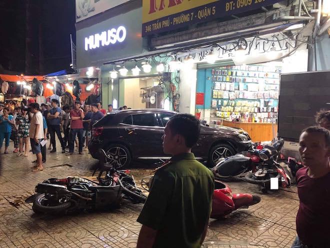 Cận cảnh hiện trường vụ nữ tài xế Mercedes đâm hàng loạt xe máy - Ảnh 2
