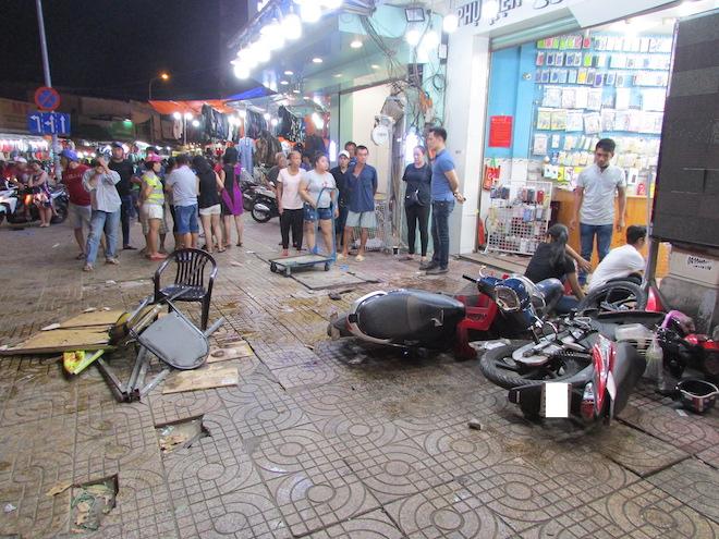 Cận cảnh hiện trường vụ nữ tài xế Mercedes đâm hàng loạt xe máy - Ảnh 3