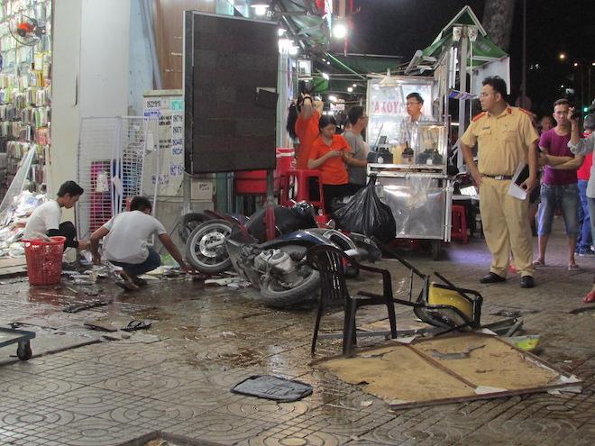 Cận cảnh hiện trường vụ nữ tài xế Mercedes đâm hàng loạt xe máy - Ảnh 4