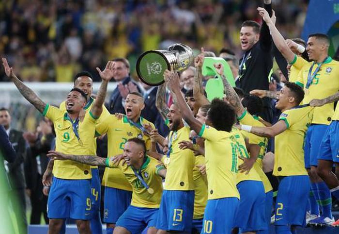 Đánh bại Peru, Brazil lên ngôi vô địch nhờ thẻ đỏ phạt đền  - Ảnh 1