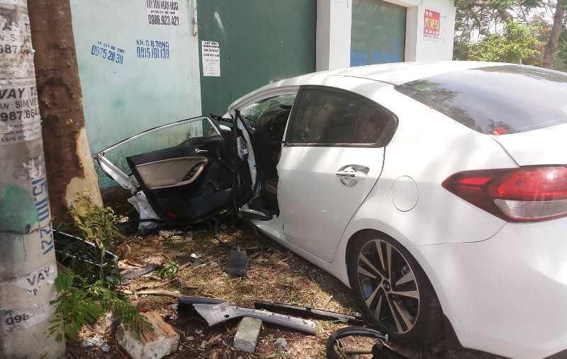 Thanh Hoá: Ô tô đâm vào gốc cây khiến 3 người bị thương nặng - Ảnh 1