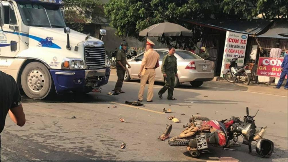 Sơn La: Xe máy đấu đầu xe container, 2 người thương vong  - Ảnh 1
