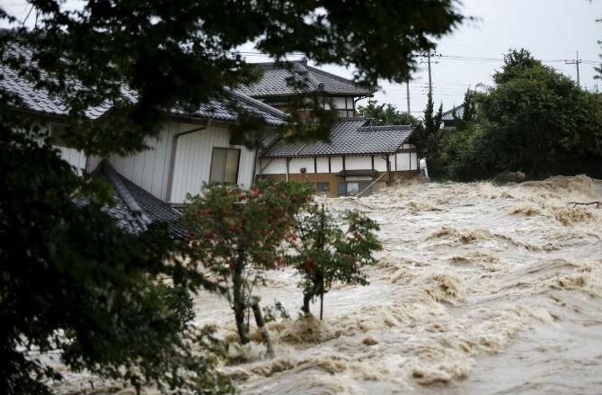 Siêu bão Lan tàn phá Nhật Bản, ít nhất 97 người thương vong - Ảnh 2