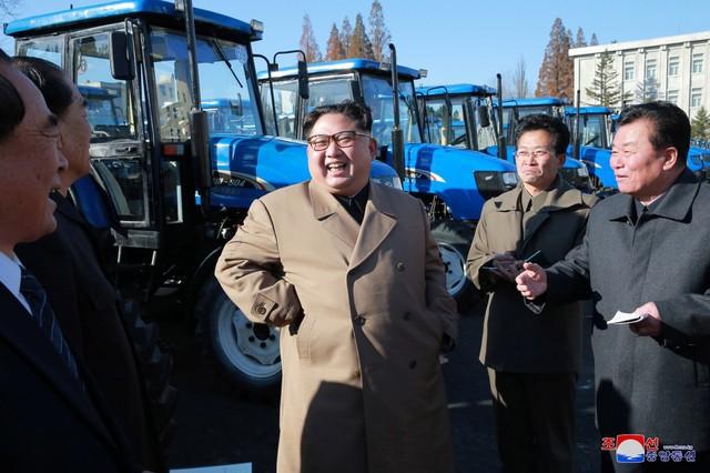 Ông Kim Jong-un vui vẻ lái thử máy kéo - Ảnh 1