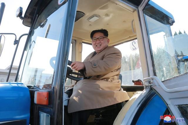 Ông Kim Jong-un vui vẻ lái thử máy kéo - Ảnh 3