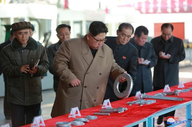 Ông Kim Jong-un vui vẻ lái thử máy kéo - Ảnh 4