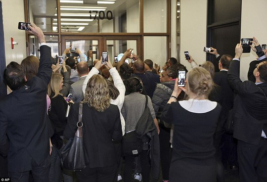 Đi làm nghĩa vụ dân sự, ông Obama được chào đón nồng nhiệt tại Chicago  - Ảnh 2