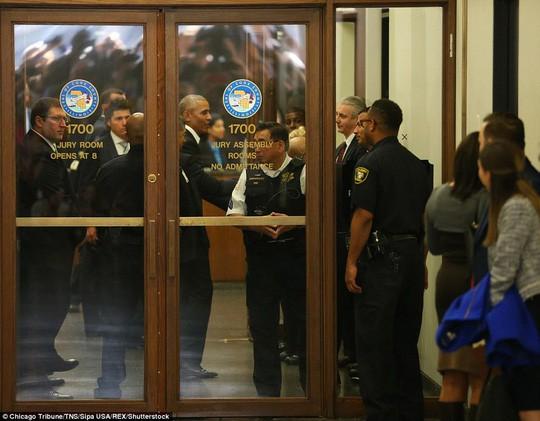 Đi làm nghĩa vụ dân sự, ông Obama được chào đón nồng nhiệt tại Chicago  - Ảnh 1