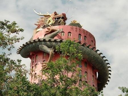 Thái Lan: Ngôi đền có rồng khổng lồ quấn quanh - Ảnh 1