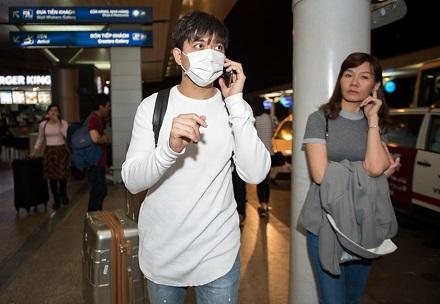 """Tim bịt khẩu trang kín mít sang Hàn Quốc giữa """"bão tình ái"""" về vợ - Ảnh 1"""