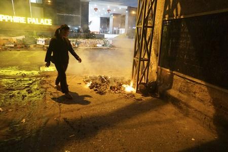 Chùm ảnh: Lửa đốt vàng mã bập bùng trong ngày Rằm tháng Giêng tại Hà Nội - Ảnh 13