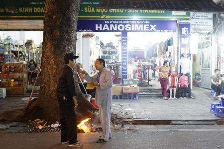 Chùm ảnh: Lửa đốt vàng mã bập bùng trong ngày Rằm tháng Giêng tại Hà Nội - Ảnh 14