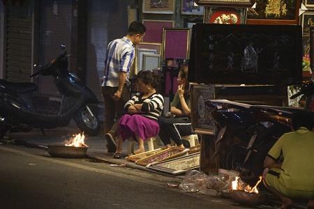 Chùm ảnh: Lửa đốt vàng mã bập bùng trong ngày Rằm tháng Giêng tại Hà Nội - Ảnh 16