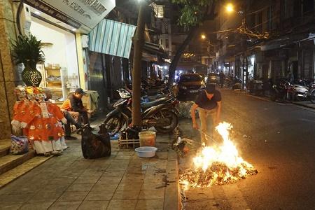 Chùm ảnh: Lửa đốt vàng mã bập bùng trong ngày Rằm tháng Giêng tại Hà Nội - Ảnh 8