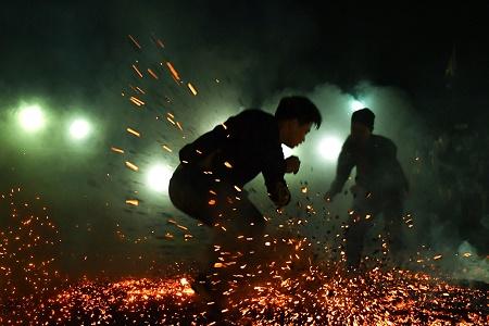"""Sốc với chân trần nhảy múa trên đống lửa của người Pà Thẻn trong tiếng """"gọi ma""""  - Ảnh 3"""