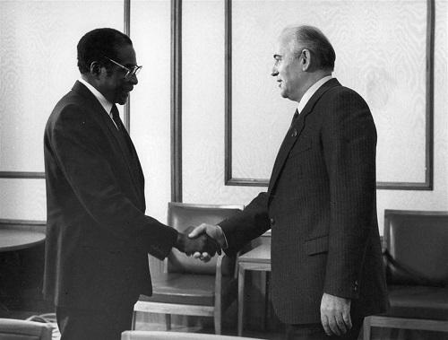 Hành trình 37 năm từ đỉnh cao đến vực sâu của cựu Tổng thống Zimbabwe - Ảnh 7