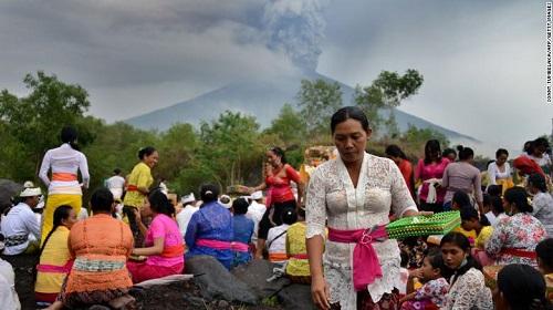 7 người Việt Nam mắc kẹt ở Bali, Indonesia giữa đợt núi lửa phun trào - Ảnh 1
