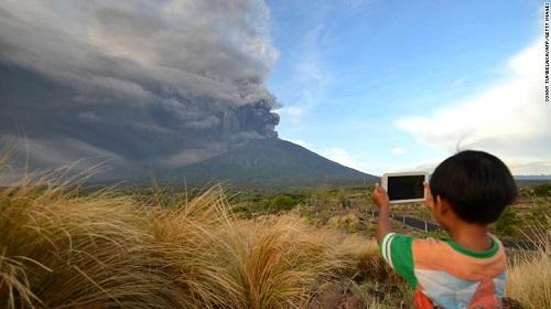 7 người Việt Nam mắc kẹt ở Bali, Indonesia giữa đợt núi lửa phun trào - Ảnh 2