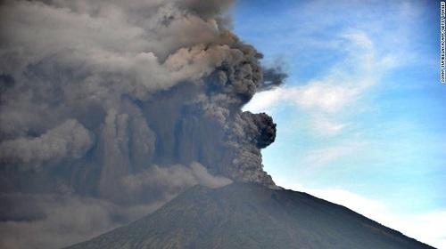 7 người Việt Nam mắc kẹt ở Bali, Indonesia giữa đợt núi lửa phun trào - Ảnh 3
