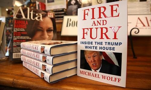 Tỷ phú Mỹ mua 535 quyển sách về ông Trump tặng nghị sĩ Quốc hội - Ảnh 1