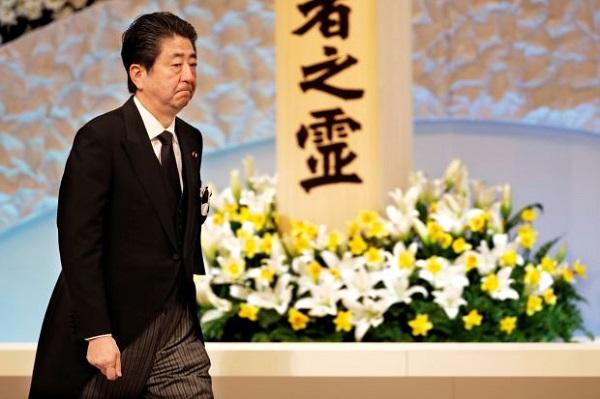 Bê bối lớn nhất sự nghiệp Thủ tướng Abe: Quan chức tự tử, người dân giảm tín nhiệm - Ảnh 1