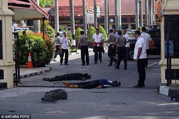 Cảnh sát Indonesia bắn hạ 4 kẻ khủng bố tấn công trụ sở bằng kiếm Nhật - Ảnh 2