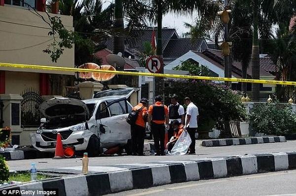 Cảnh sát Indonesia bắn hạ 4 kẻ khủng bố tấn công trụ sở bằng kiếm Nhật - Ảnh 1