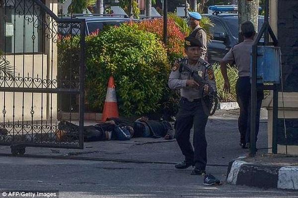 Cảnh sát Indonesia bắn hạ 4 kẻ khủng bố tấn công trụ sở bằng kiếm Nhật - Ảnh 3