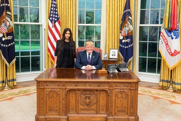 """Bất ngờ lý do cuộc gặp mặt của Tổng thống Trump và người mẫu """"siêu vòng 3"""" Kim Kardashian - Ảnh 1"""