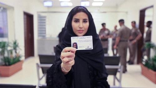 Lần đầu tiên trong lịch sử, Ả rập Saudi cấp giấy phép lái xe cho phụ nữ - Ảnh 1