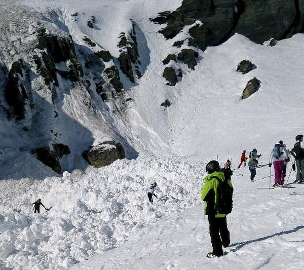 Thụy Sĩ: Lở tuyết nghiêm trọng khiến 10 người bị chôn vùi - Ảnh 1