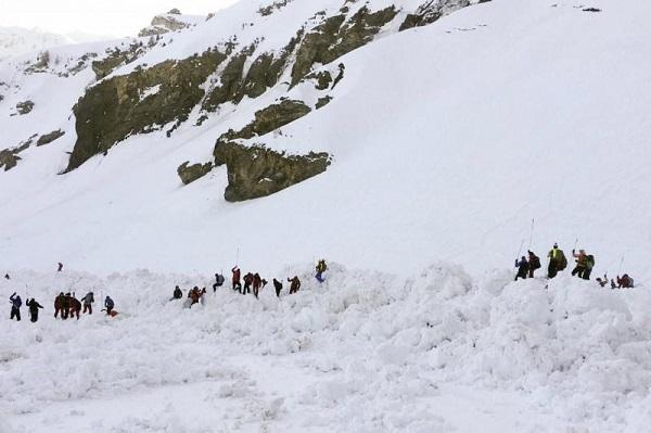 Thụy Sĩ: Lở tuyết nghiêm trọng khiến 10 người bị chôn vùi - Ảnh 2