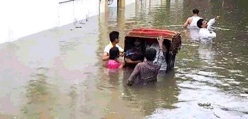 Ấn Độ: Mưa lớn khiến 86 người chết, bệnh viện chìm trong biển nước - Ảnh 2
