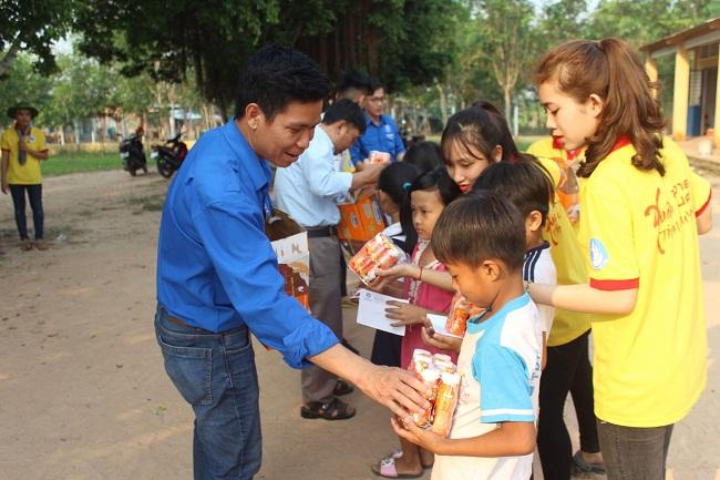 ĐH Công Nghiệp Thực phẩm Tp.HCM chia sẻ khó khăn với sinh viên xa nhà và học sinh vùng khó khăn  - Ảnh 2