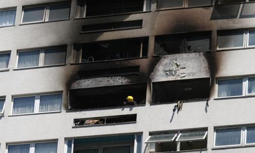 Cháy chung cư 21 tầng ở London, người dân hoảng loạn tìm lối thoát - Ảnh 1