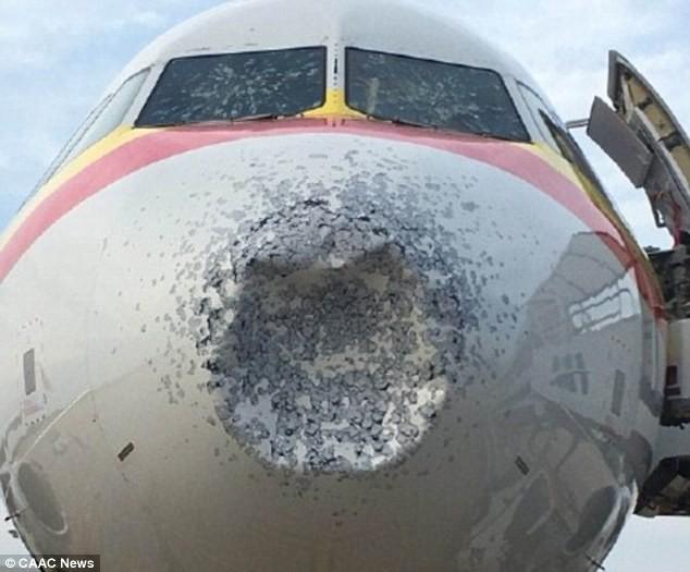 Trung Quốc: Máy bay bị lõm đầu, hạ cánh khẩn cấp vì dính mưa đá  - Ảnh 1