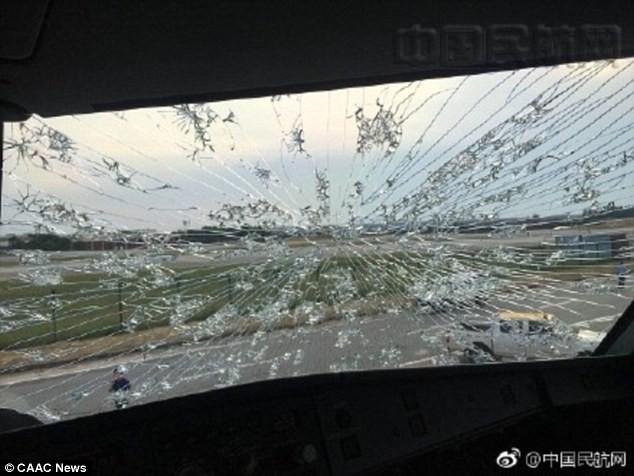 Trung Quốc: Máy bay bị lõm đầu, hạ cánh khẩn cấp vì dính mưa đá  - Ảnh 2
